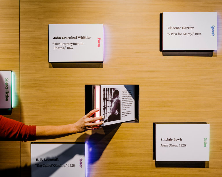 surprise-bookshelf-Museo-Scrittori-Americani-Piego-di-libri